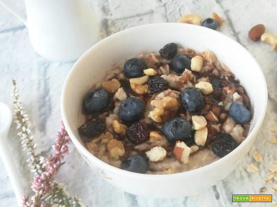 Porridge con mirtilli e frutta secca