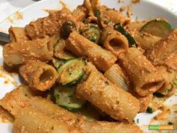 Rigatoni sugo e ricotta con olive e zucchine