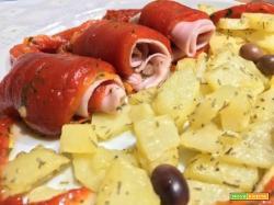 Involtini di peperoni con prosciutto cotto, olive e un contorno di patate