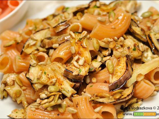 Rigatoni di lenticchie con melanzane e semi oleosi
