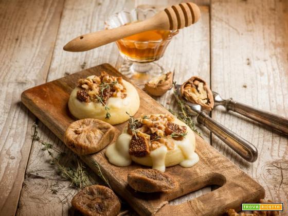 Per cena tomini al forno con noci e fichi secchi: che sapore!