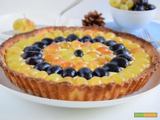 Crostata d'autunno alla crema con uva bianca e uva nera