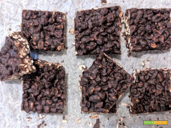 Barrette di cioccolato fondente con fiocchi di farro e fondi del caffè