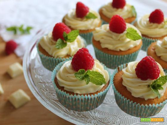 Cupcakes con cioccolato bianco e lamponi