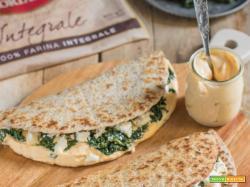 Piadina integrale con mousse alla zucca, spinaci e caprino