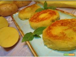 Focaccine di patate farcite cotte in padella