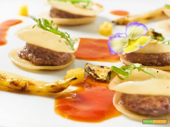 Ravioli aperti con verdure grigliate e salsa di pomodoro estiva