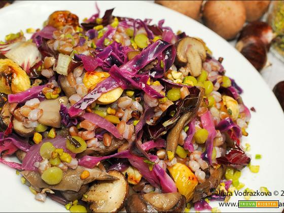 Farro integrale e verdure autunnali con piselli secchi