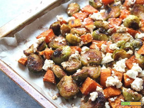 Teglia di patate dolci cavoletti di Bruxelles e feta al forno