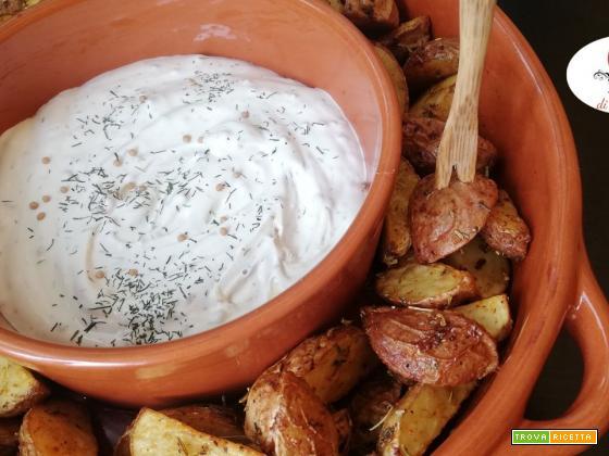 Patate rosse di lemma speziate in friggitrce ad aria con panna acida all'aneto e senape
