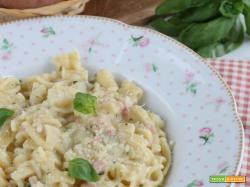 Pasta e patate con prosciutto, ginepro e basilico