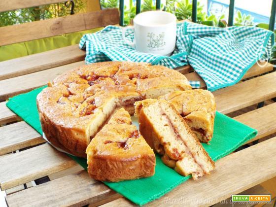 Torta versata con purea di mele e marmellata
