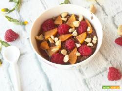 Porridge al cioccolato con anacardi e lamponi