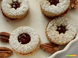 Biscotti con noci pecan e confettura di lamponi