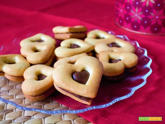Biscotti ripieni di crema alle nocciole