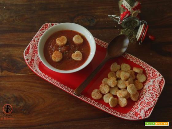 Zuppa di pomodoro veloce alle erbe di Provenza con crostini alla paprica