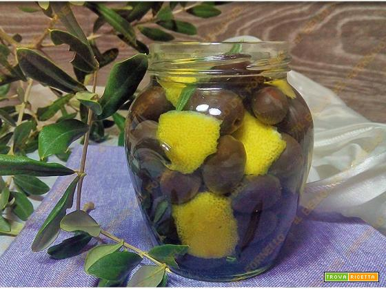 Olive nere in salamoia con soda