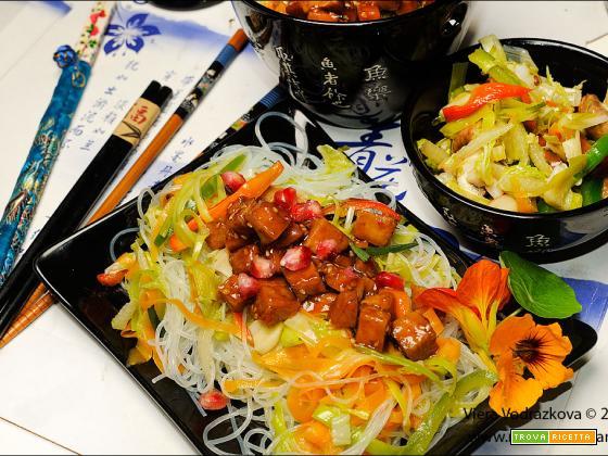Tempeh glassato al melograno,noodles e verdure
