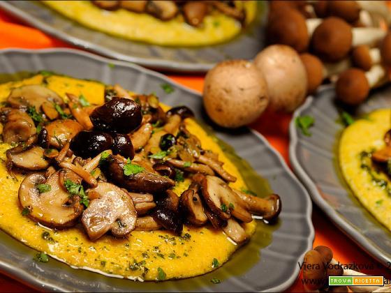 Polenta alla zucca con funghi e olio aromatico alle erbe