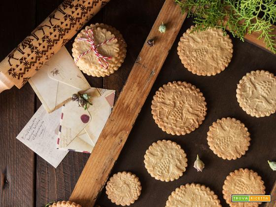 Biscotti di Natale decorati con mattarello inciso