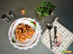 Rigatoni con sugo di gamberetti  salmone e funghi