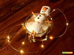 Cioccolata calda al caffè con panna montata e pupazzo di neve di marshmallow