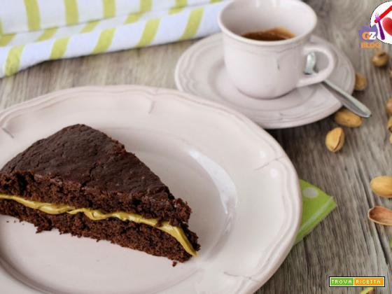 Torta vegana al cacao con crema di pistacchio