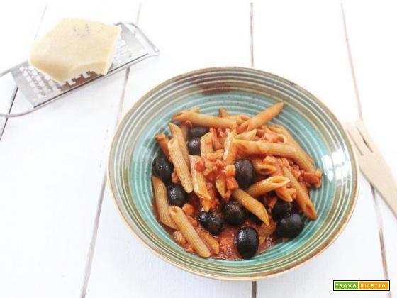 Penne al sugo con pancetta e olive