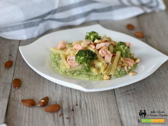 Pasta salmone e mandorle con crema di broccoletti