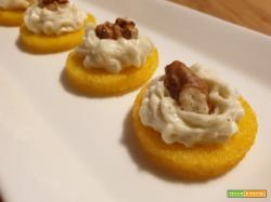 Crostini di polenta con crema al gorgonzola e noci