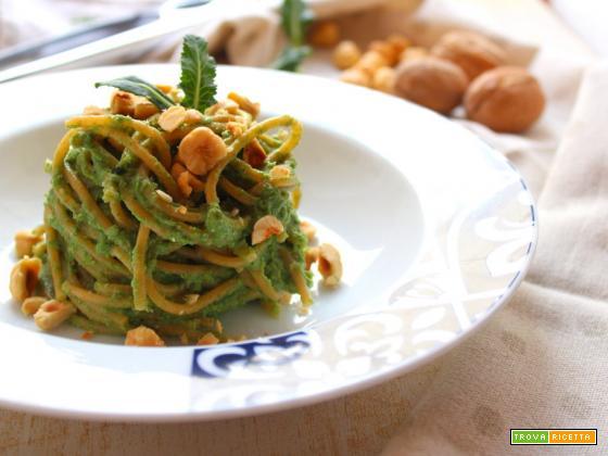 Spaghetti con crema di broccoli e nocciole (con gambi e foglie)