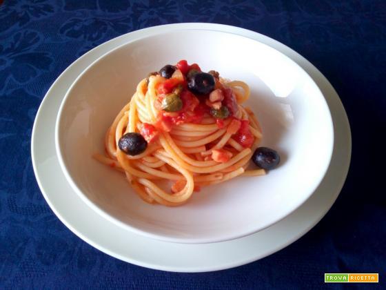 Bucatini con pancetta olive e capperi