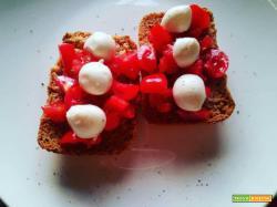 Freselle integrali con datterini e mozzarella - La cucina di mamma mary