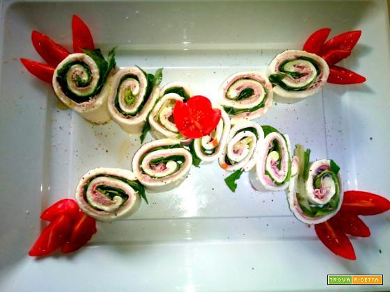 Rotolo di mozzarella con prosciutto cotto e lattuga - Ricetta veloce