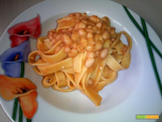 Tagliatelle con fagioli e paprika calabrese. Un piatto povero ma ricco di gusto.