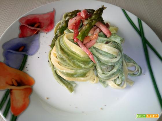Tagliatelle paglia e fieno con asparagi e speck croccante