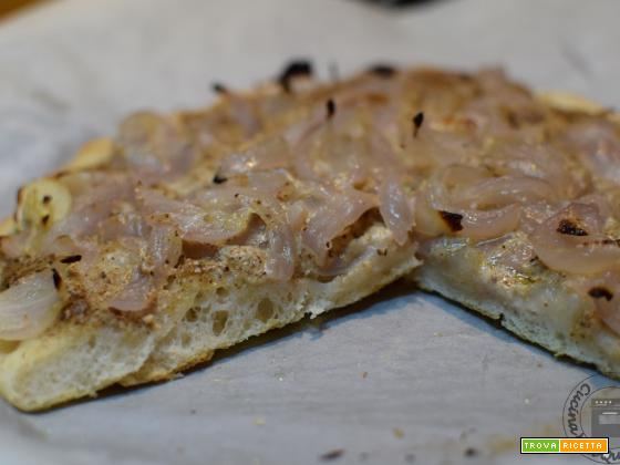 Pizza con cipolle e pesto alle noci