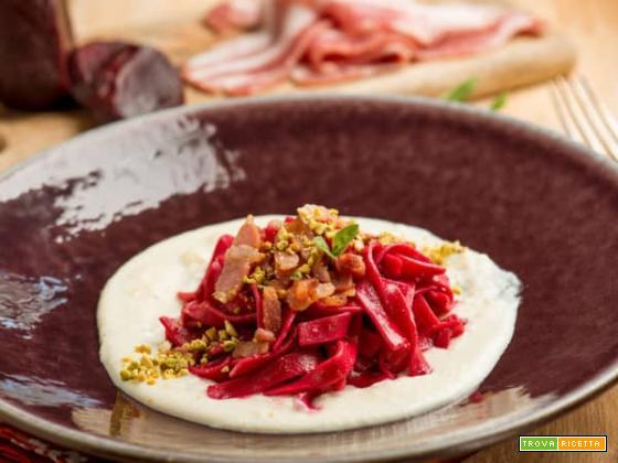 Sapori forti: tagliatelle rosse con pancetta e pecorino