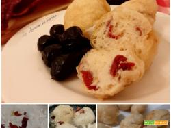 Frittelle con peperoni cruschi e olive nere
