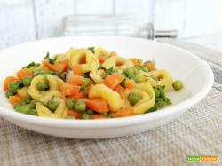 Tortellini con piselli e carote