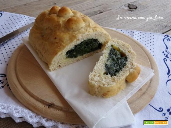Pane alla salsiccia ripieno di spinaci e formaggio