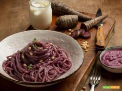 Colore e sapori: spaghetti con pesto di carote viola e pinoli