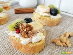 Pane tostato con ricotta e frutta