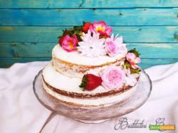 Naked cake alle fragole e fiori