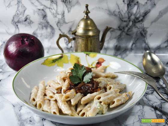 Penne con gorgonzola e cipolle caramellate