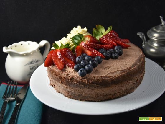Naked cake al cioccolato con fiori e frutta