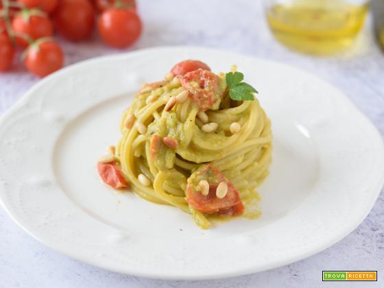 Pasta con crema di Avocado, Pomodorini e Pinoli tostati