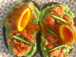 Avocado toast con ndujia, crudo di salmone e uovo barzotto fritto