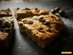 Focaccia con Farina di Segale, Olive Verdi e Capperi