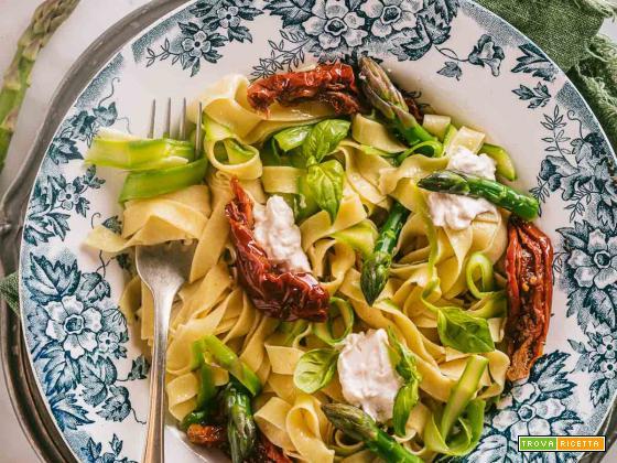 Tagliatelle Senza Uova agli Asparagi e Pomodori Secchi | Vegan Sun Dried Tomato Asparagus Tagliatelle